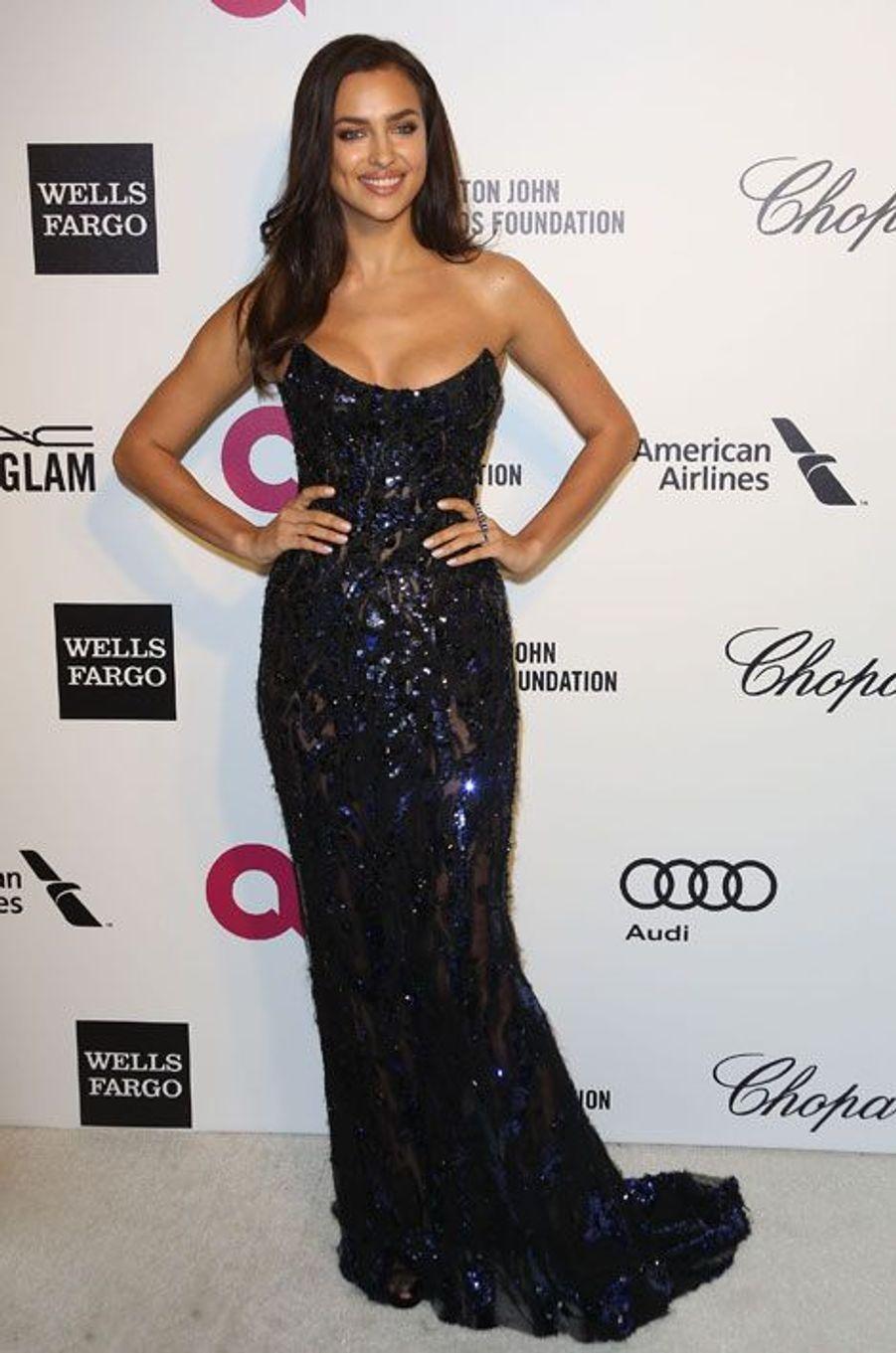 En Atelier Versace pour la soirée de la fondation Elton John à Los Angeles, le 2 mars 2014