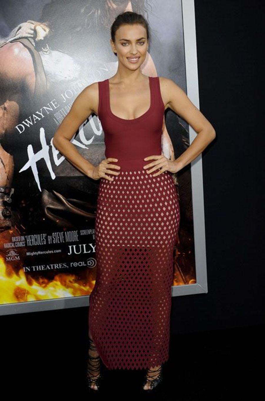 """En robe ajourée Azzedine Alaïa pour la première du film """"Hercule"""", le 23 juillet 2014"""