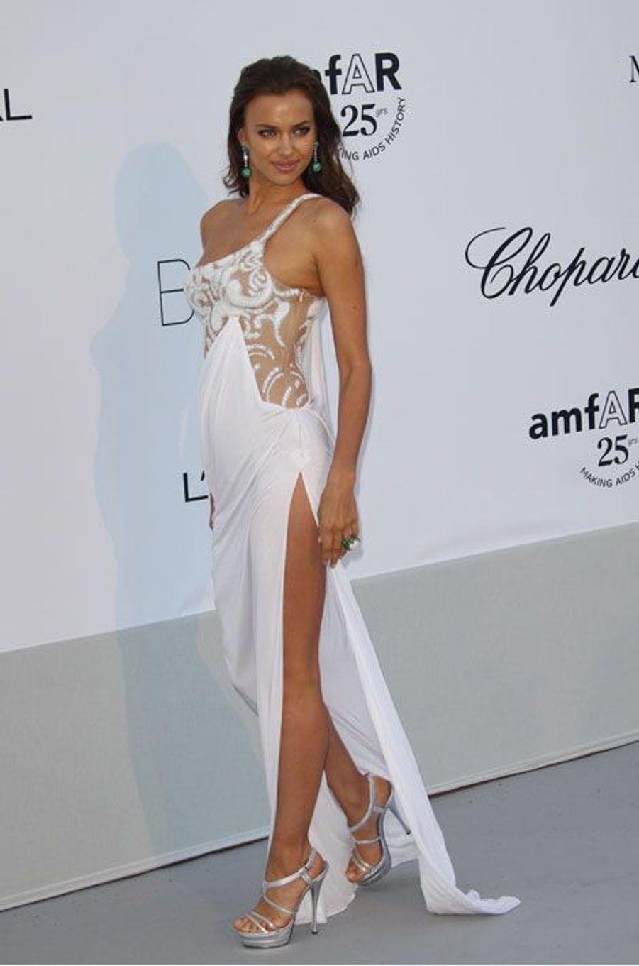 Toujurs en blanc au gala de l'AmfAR à Cannes, en 2011