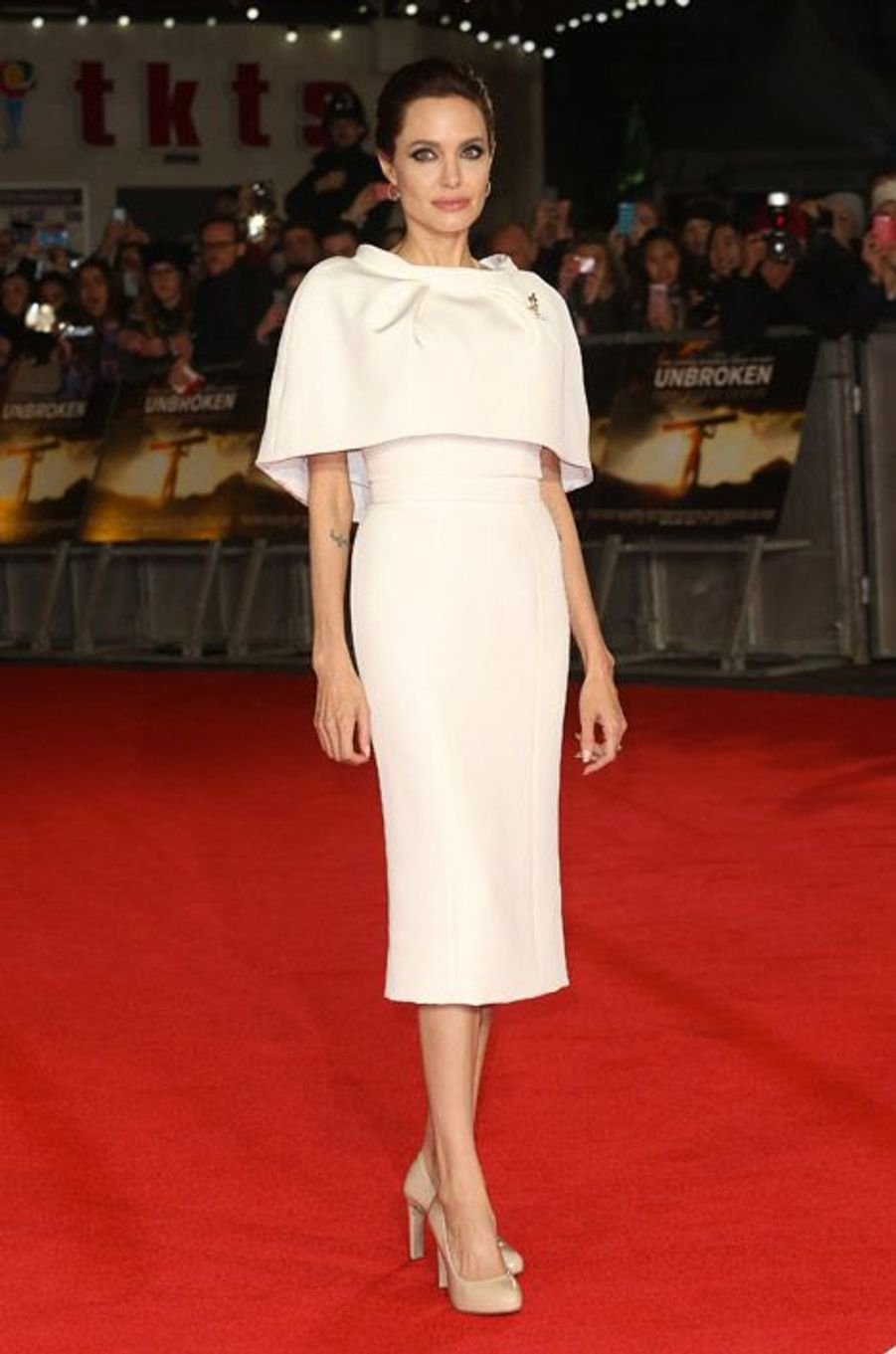 """La réalisatrice Angelina Jolie lors de la première de son film """"Invincible"""", en Ralph and Russo, à Londres, le 25 novembre 2014"""
