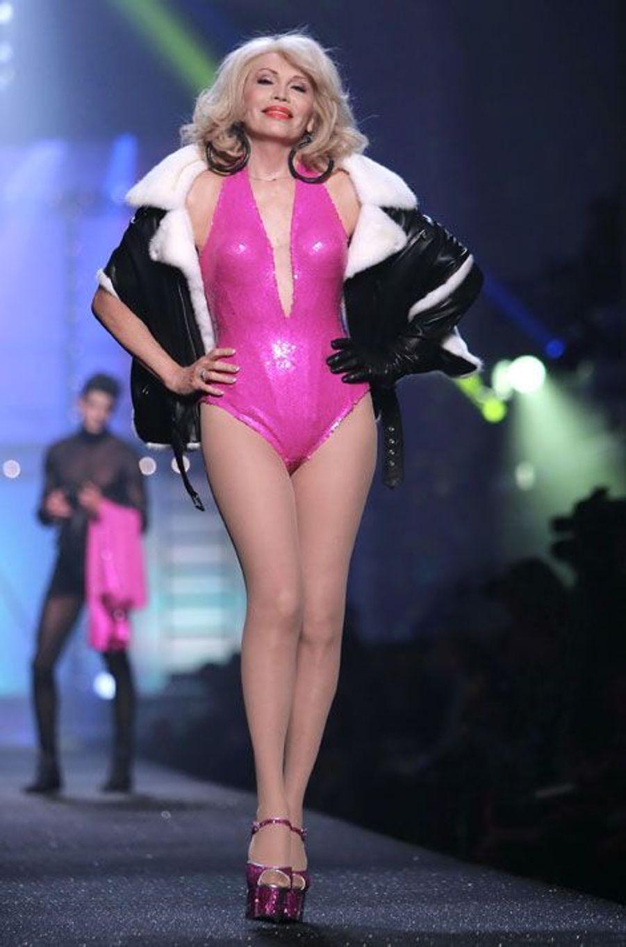 Amanda Lear pour le défilé P/E 2013