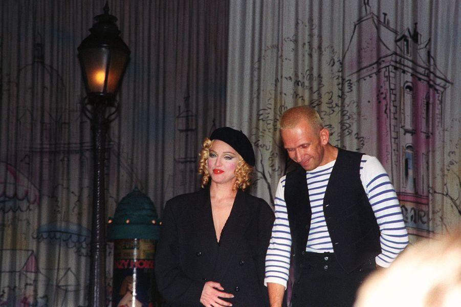 Avec Madonna, et portant sa célèbre marinière, en 1992
