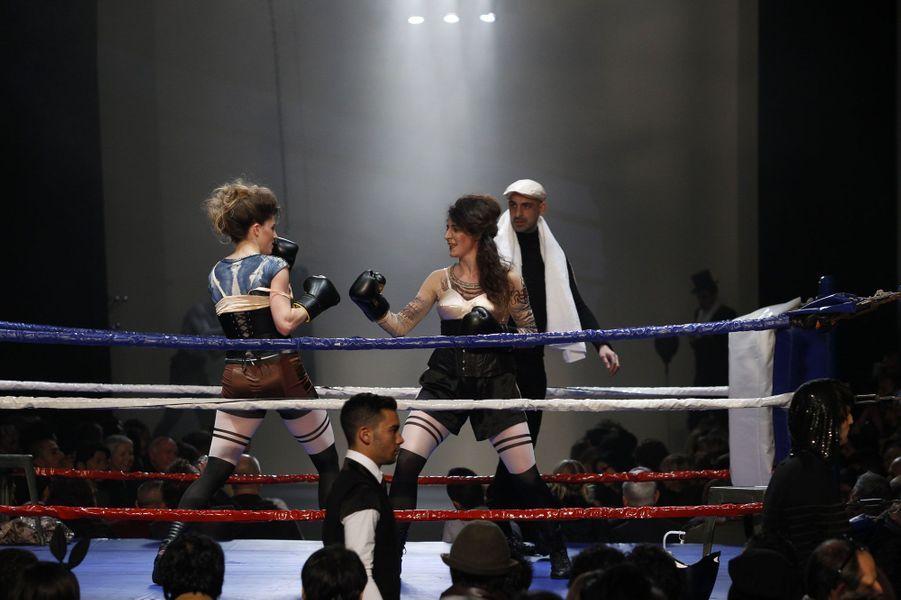 Des boxeuses à la collection Homme A/H 2010/2011