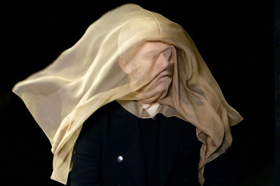 Jean Paul Gaultier arrivant avec un voile transparent pour le défilé Automne-Hiver 2004-2005