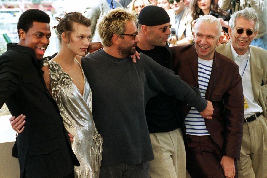 L'équipe du «Cinquième élément» : Bruce Willis, Milla Jovovich , Luc Besson , pour qui JPG a créé les costumes