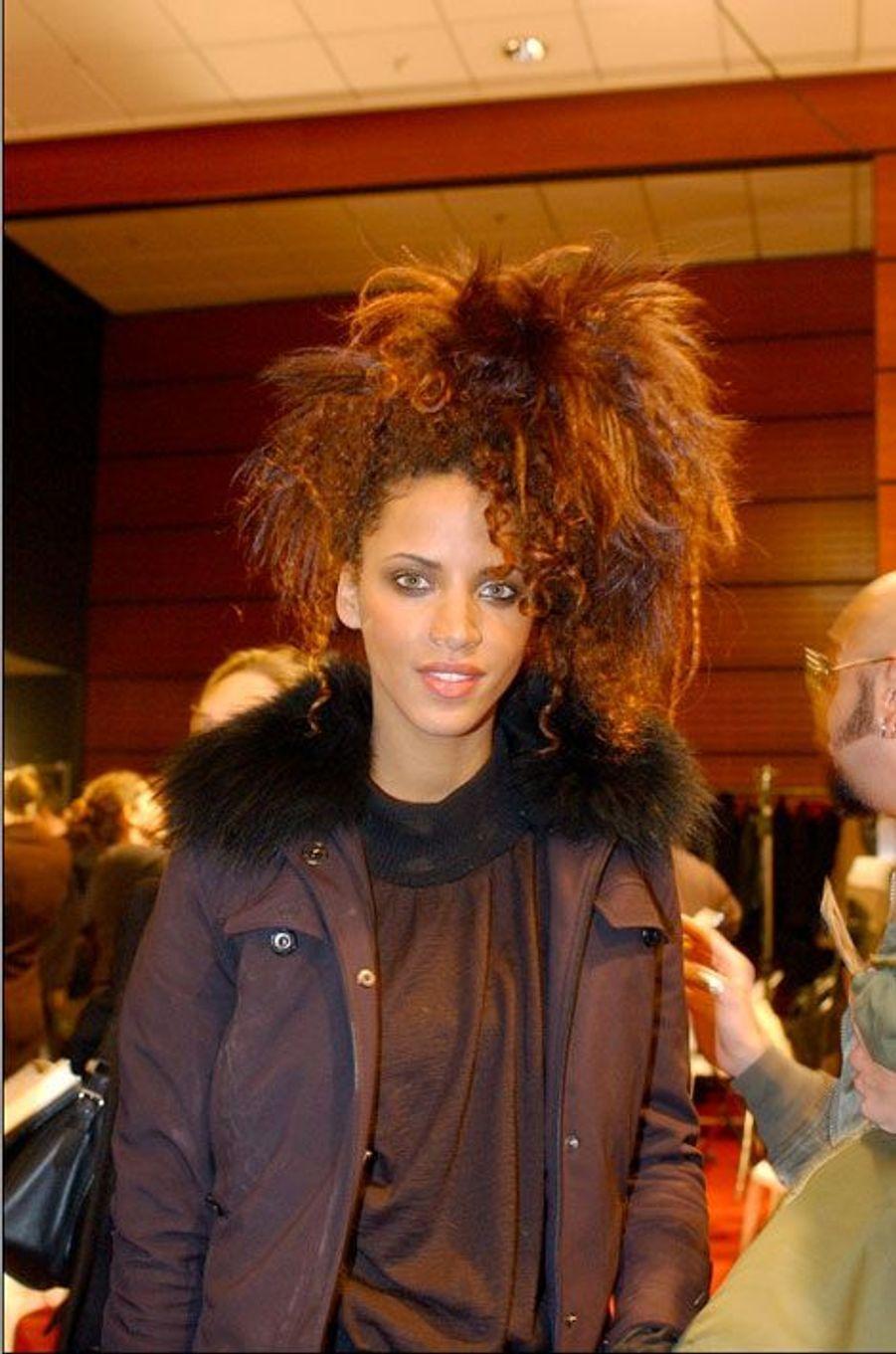 Noémie Lenoir au défilé Automne-Hiver 2002-2003