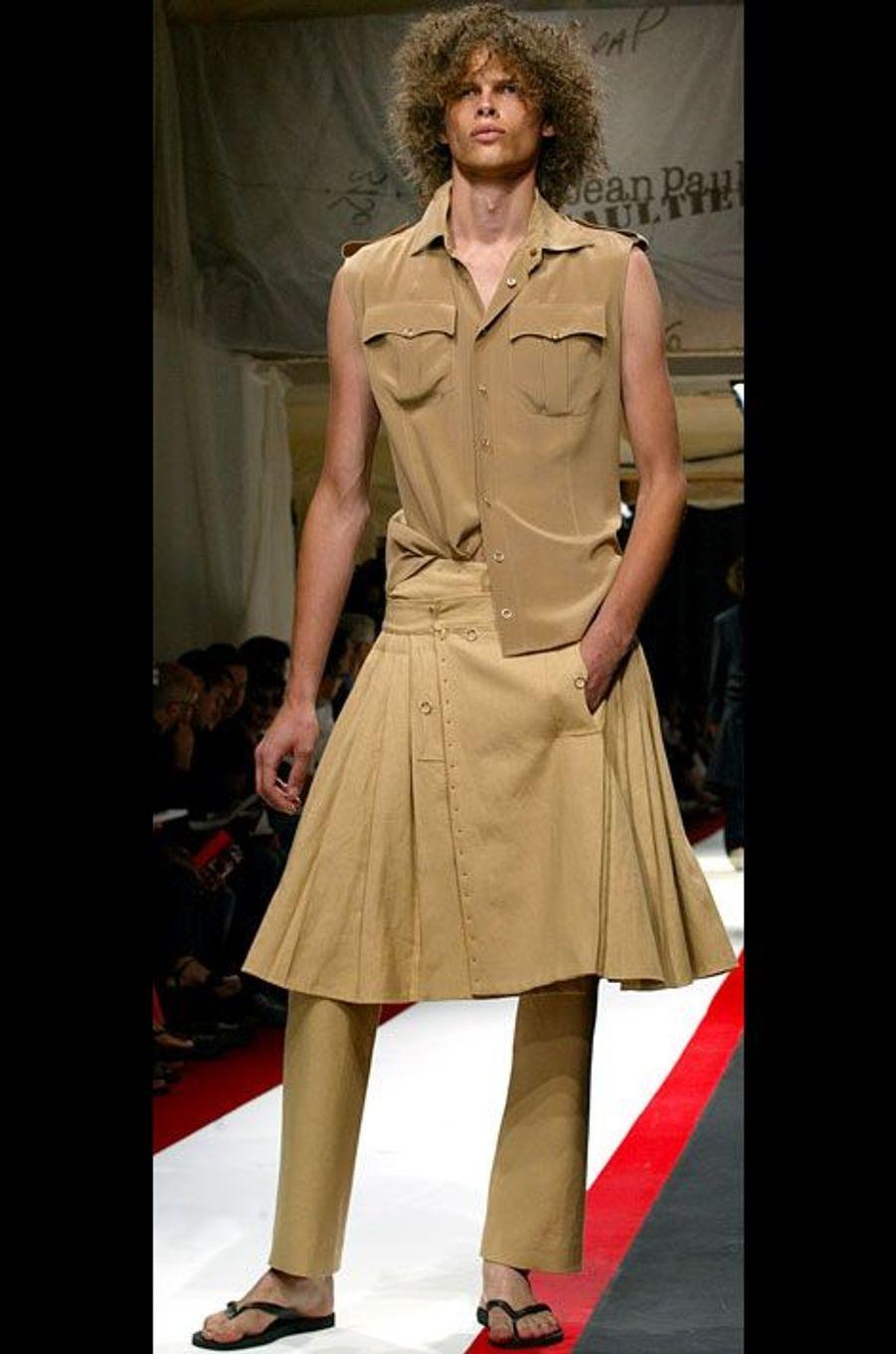 Un homme en jupe, au défilé Printemps-Eté 2003