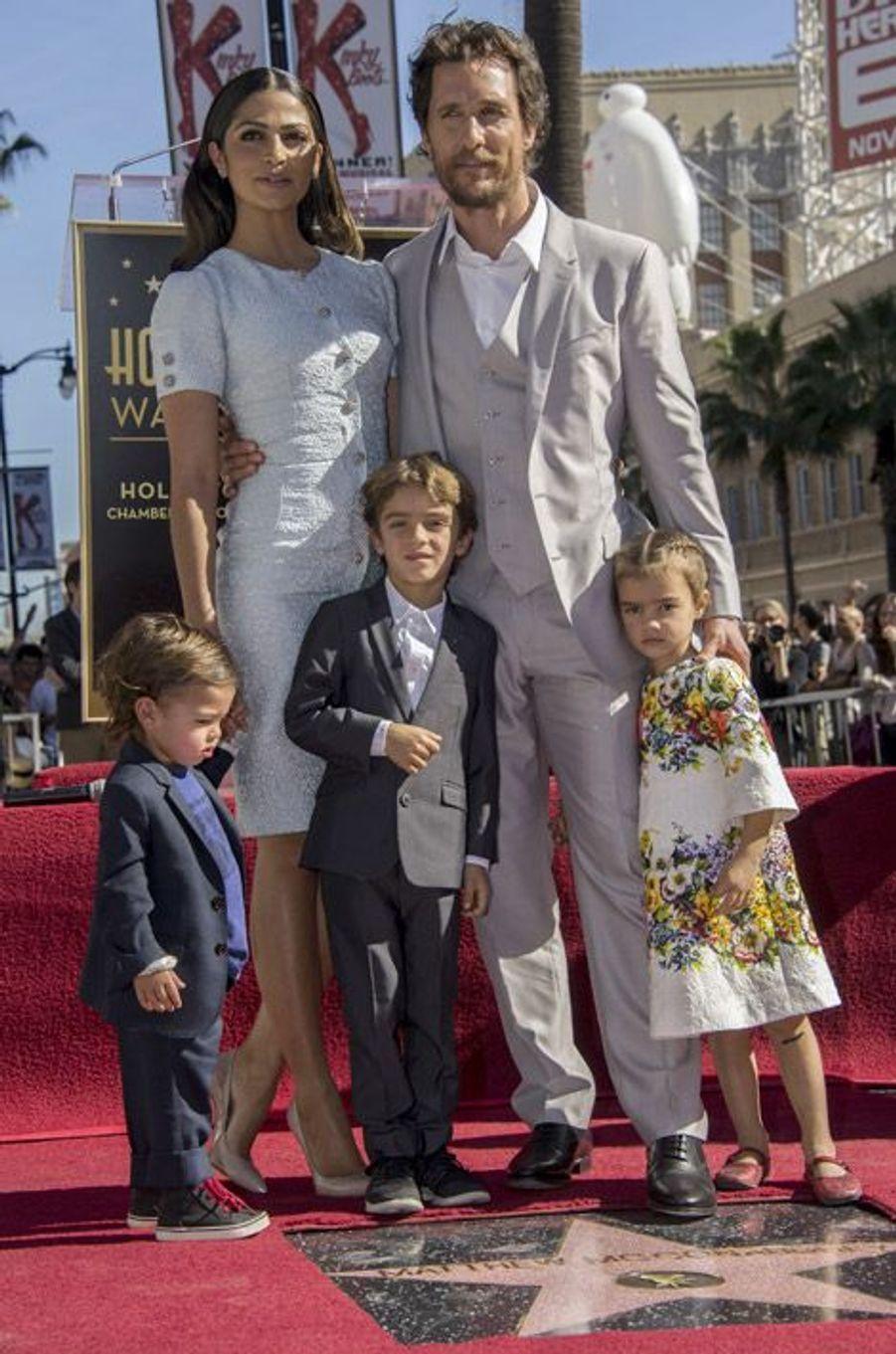 L'acteur Matthew McConaughey, sa femme Camila Alves et leurs enfants en Dolce & Gabbana pour l'inauguration de l'étoile de l'acteur à Hollywood Bo...