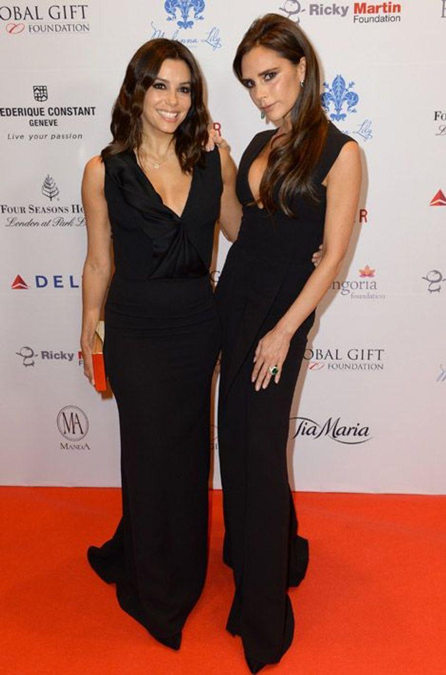 L'actrice Eva Longoria et la styliste Victoria Beckham dans des robes de sa propre collection ay Global Gift Gala à Londres, le 17 novembre 2014