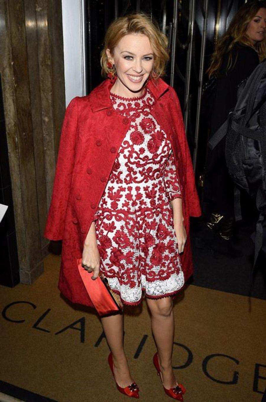 La chanteuse australienne Kylie Minogue en Dolce & Gabbana inaugure le sapin de Noël du grand magasin Claridges à Londres, le 19 novembre 2014