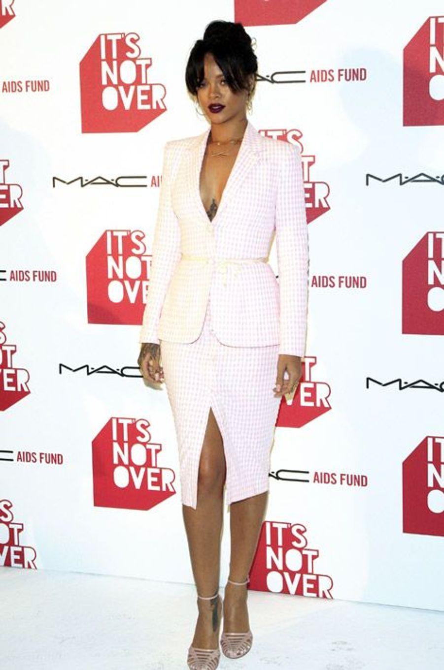 La chanteuse Rihanna en Altuzarra lance sa collection de cosmétiques pour MAC en faveur de la lutte contre le sida, à Los Angeles, le 18 novembre...