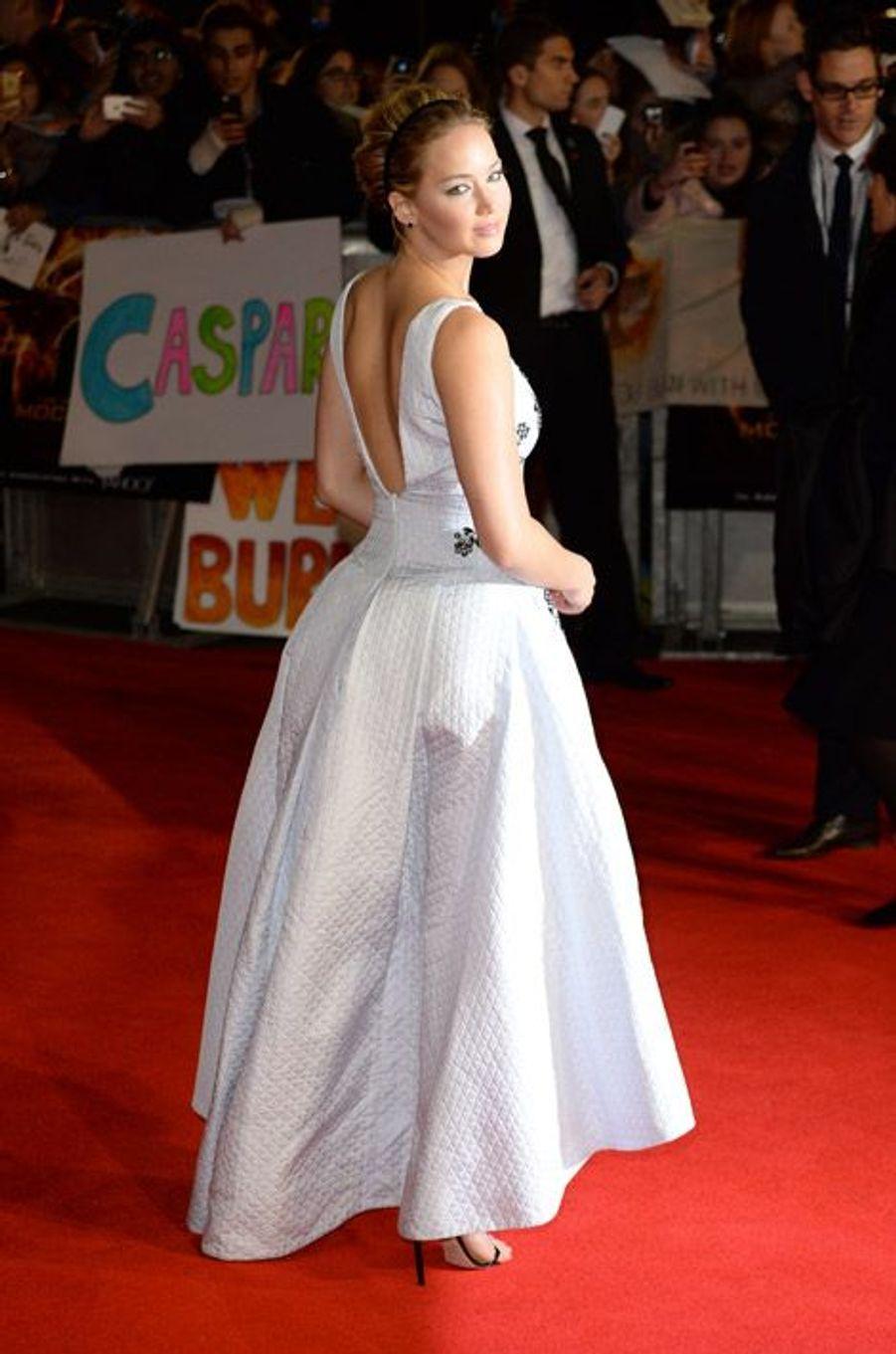 """L'actrice Jennifer Lawrence arrive à la première du film """"Hunger Games: la Révolte Partie 1"""" dont elle est la star, à Londres, le 10 novembre 20..."""