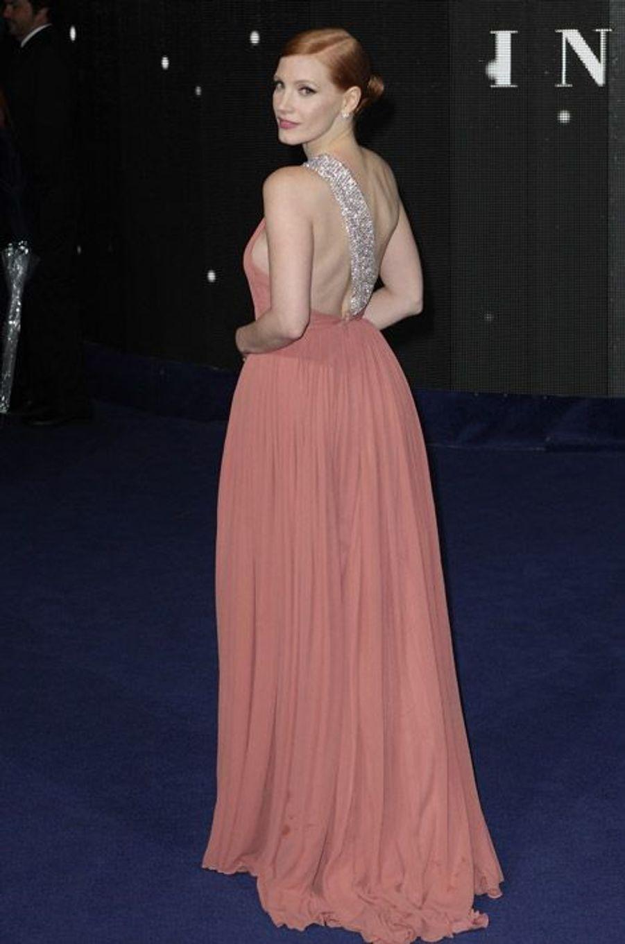 """L'actrice Jessica Chastain assiste à la première du film """"Interstellar"""" à Londres, dans une robe Saint Laurent, le 29 octobre 2014"""