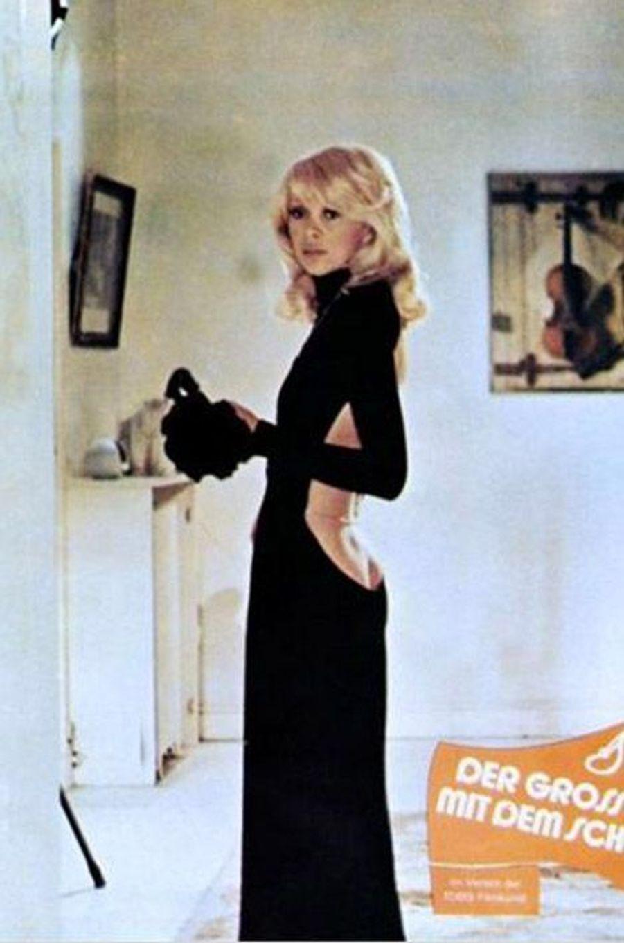 """L'actrice Mireille Darc dans """"Le Grand blond avec une chaussure noire"""" en 1972"""