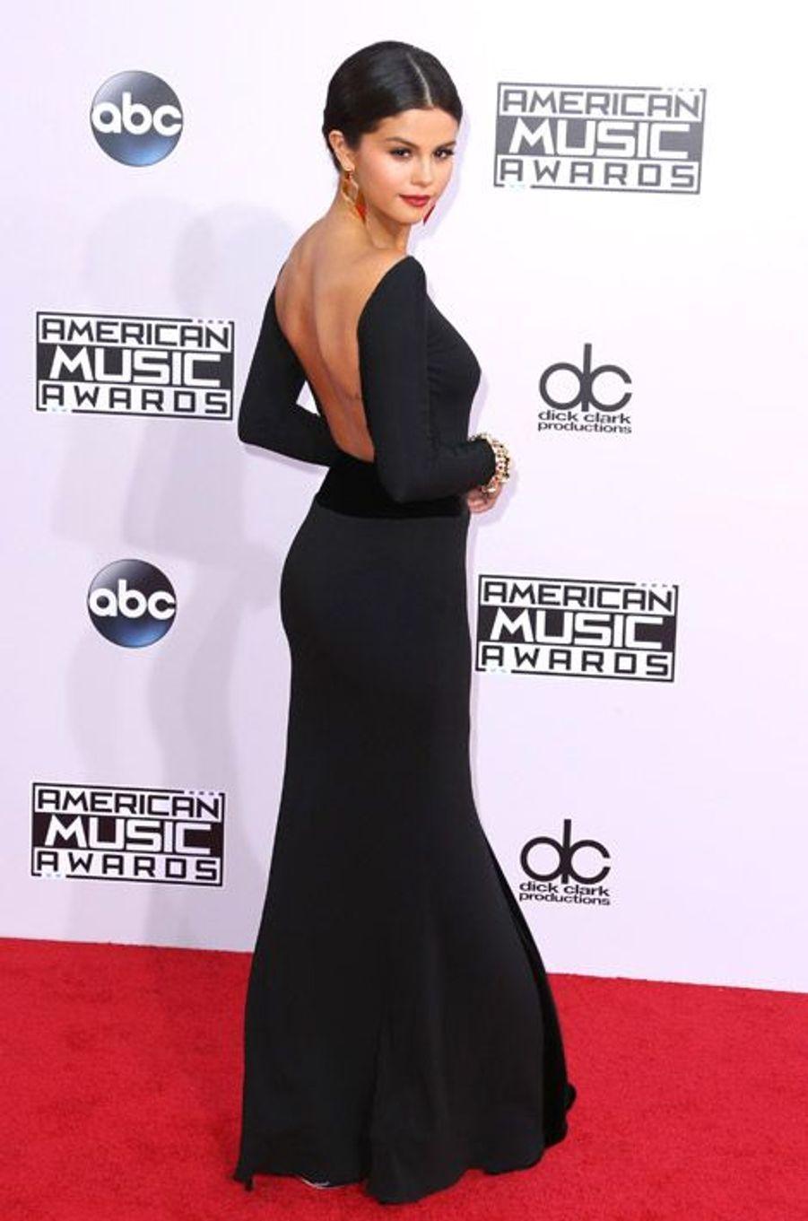 La chanteuse Selena Gomez en Armani Privé lors de la cérémonie des American Music Awards à Los Angeles, le 23 novembre 2014