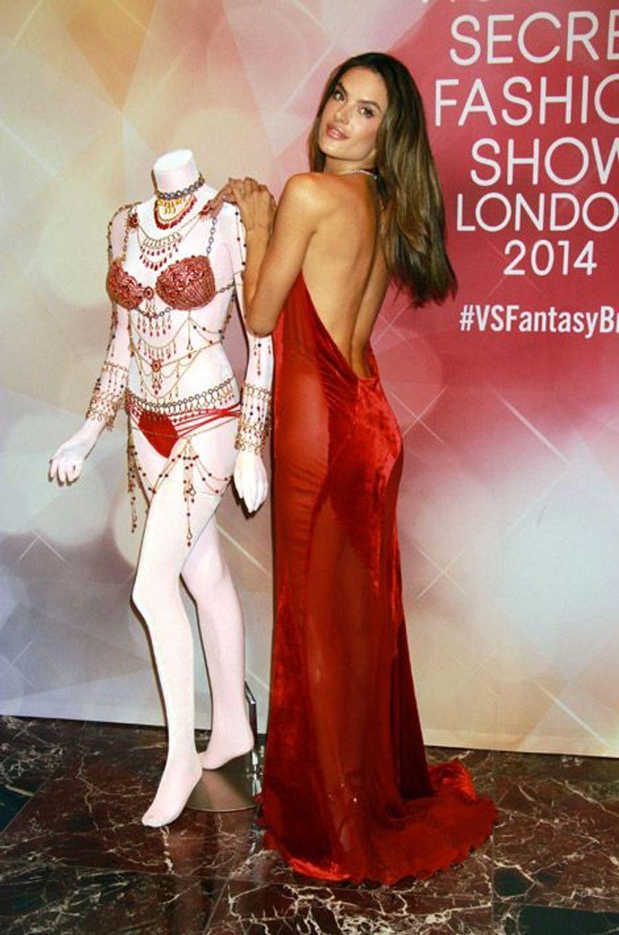 Le mannequin Alessandra Ambrosio, en Donna Karan, présente le Fantasy Bra à Las Vegas le 13 novembre 2014, avant le défilé Victoria's Secret du...