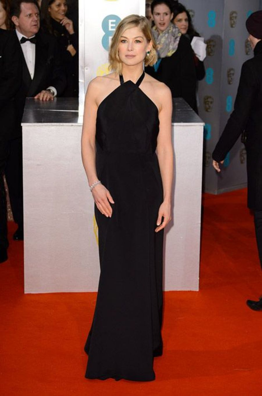 L'actrice Rosamund Pyke en Roland Mouret lors de la cérémonie des BAFTA le 8 février 2015