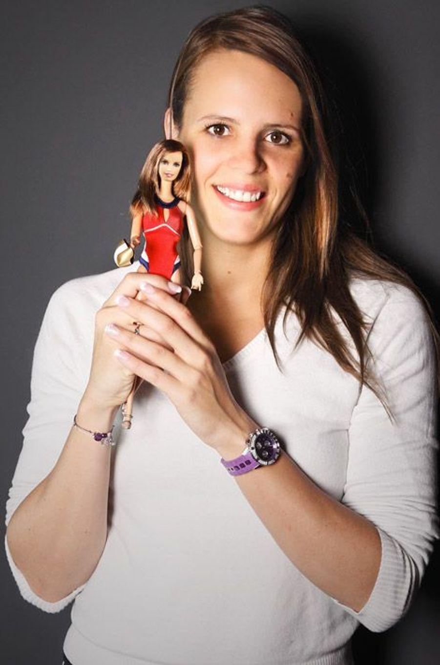 La championne de natation, Laure Manaudou, découvre sa Barbie en 2010
