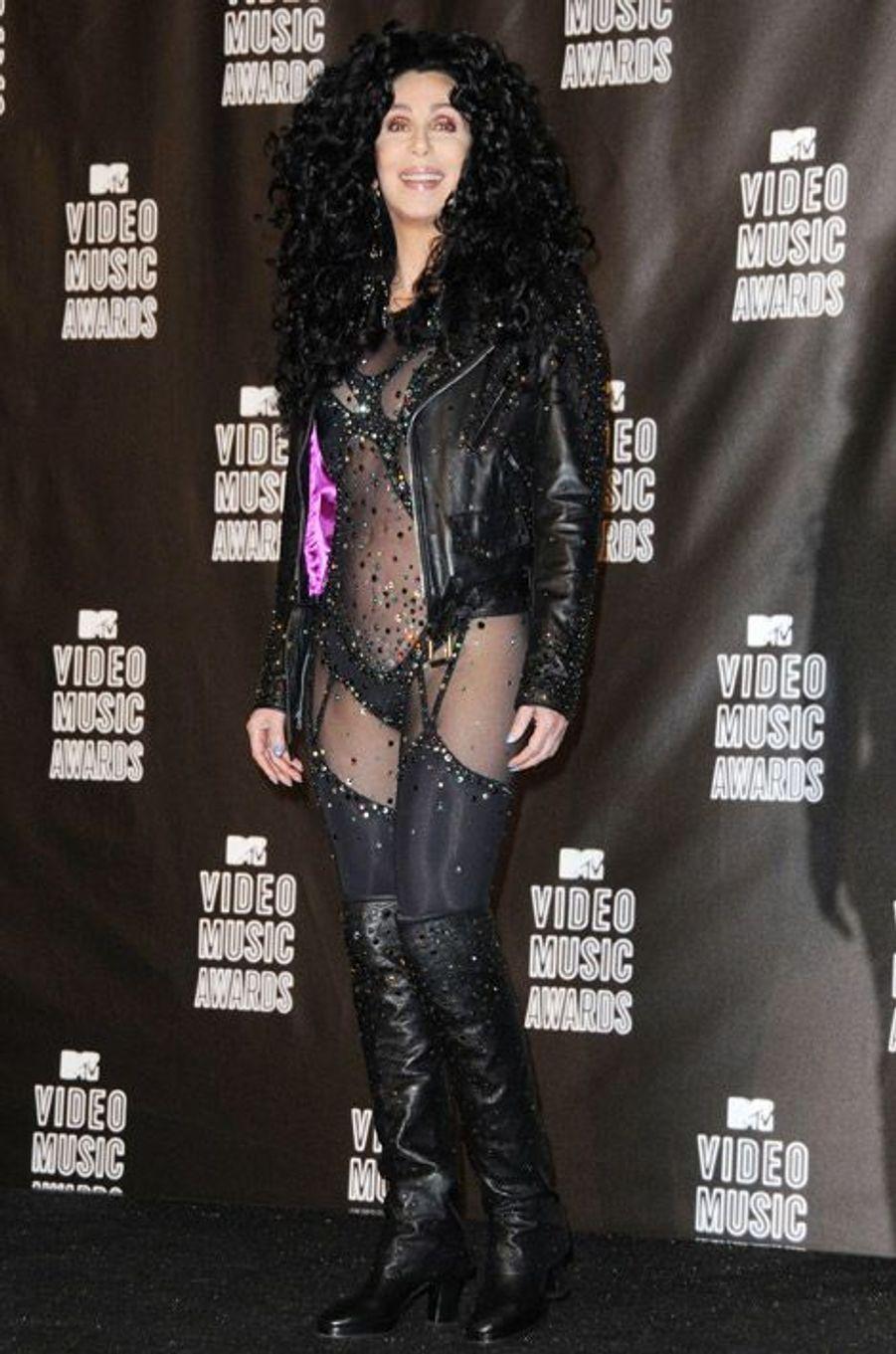 La chanteuse Cher dans le costume de son clip Turn Back Time, tourné en 1989