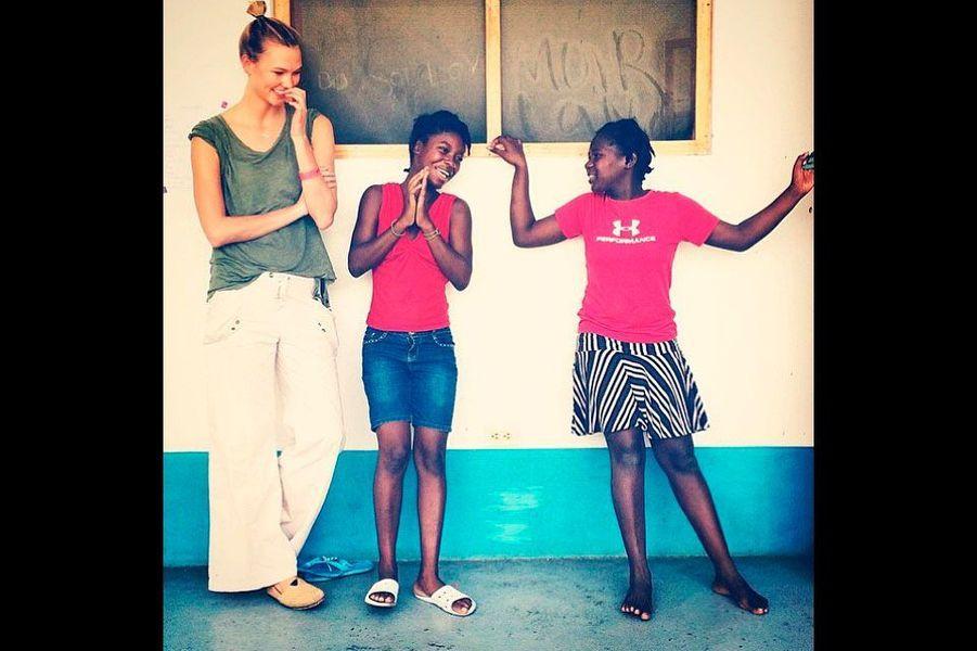 Karlie vient en aide aux enfants à Haïti