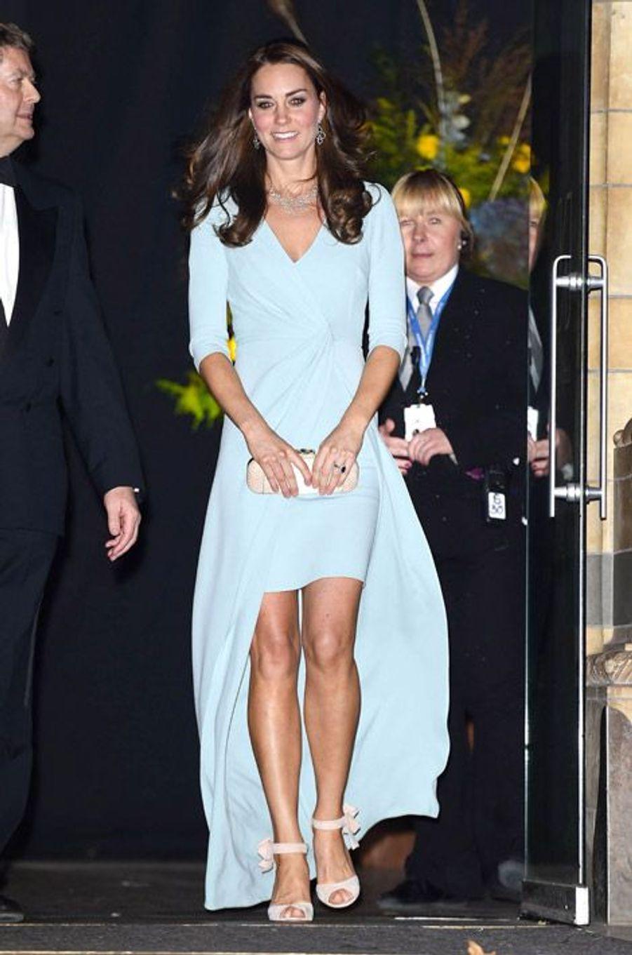 Kate Middleton, 32 ans, pour remettre le prix Cambridge Wildlife Photographer of the Year, dans une robe Jenny Packham, à Londres, le 21 octobre 2014