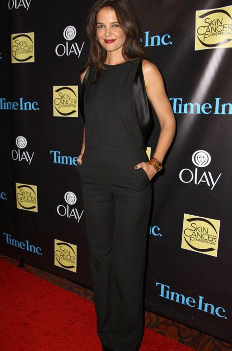 Katie Holmes, l'ex-femme de Tom Cruise, 35 ans, porte une combinaison Maison Martin Margiela pour une soirée caritative contre le cancer du sein, l...
