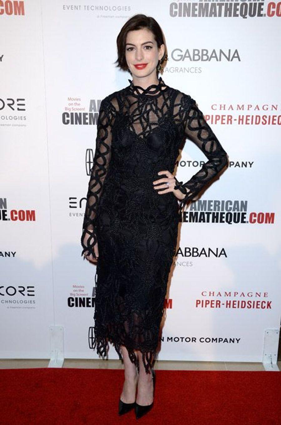 L'actrice Anne Hathaway, 31 ans, dans une robe Christopher Kane pour la soirée Cinematheque Award en l'honneur de Matthew McConaughey, le 21 octobr...
