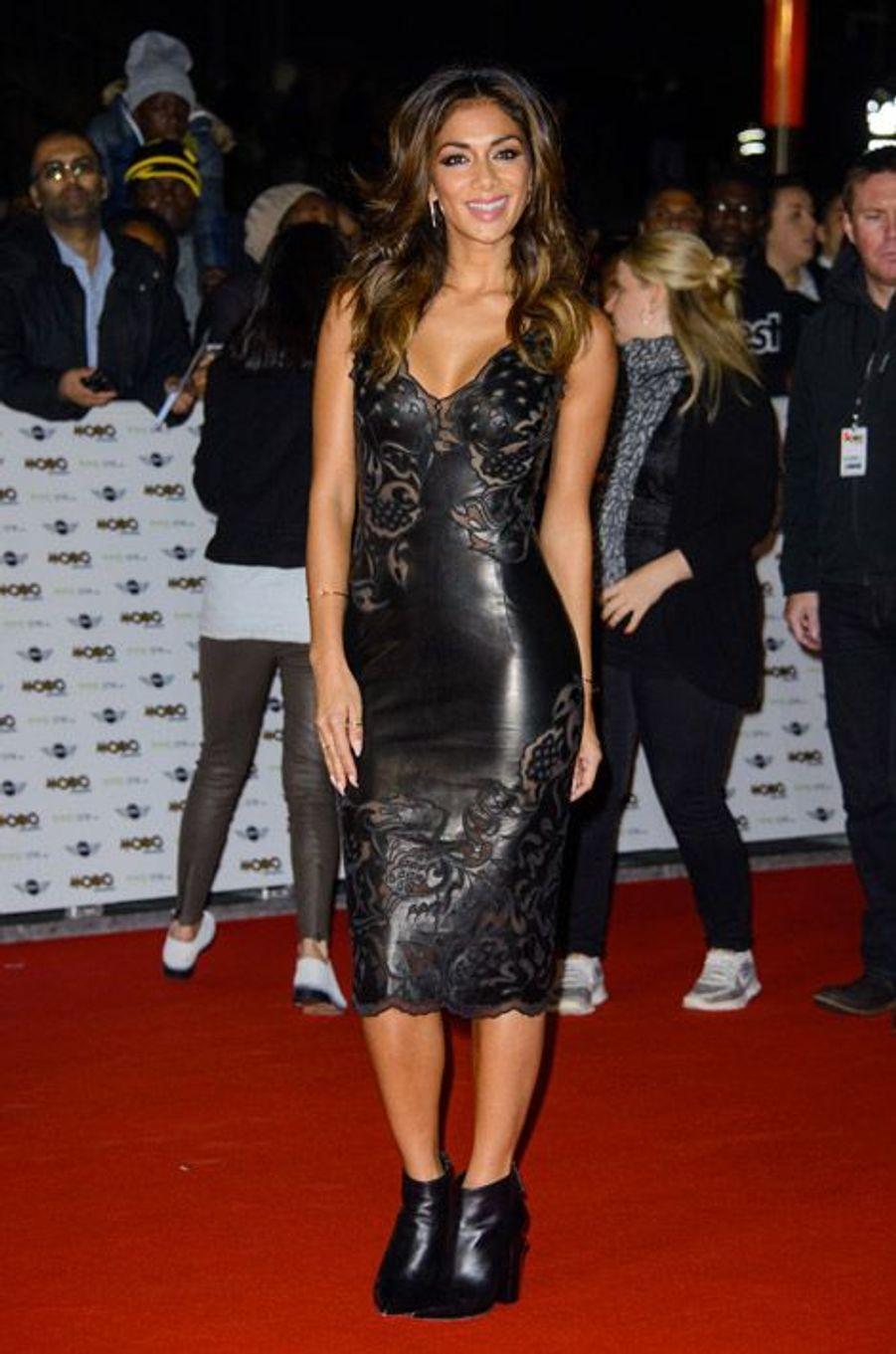 La chanteuse Nicole Scherzinger, 36 ans, porte une robe de sa collection Missguided, à Londres le 22 octobre 2014 pour les Mobo Awards