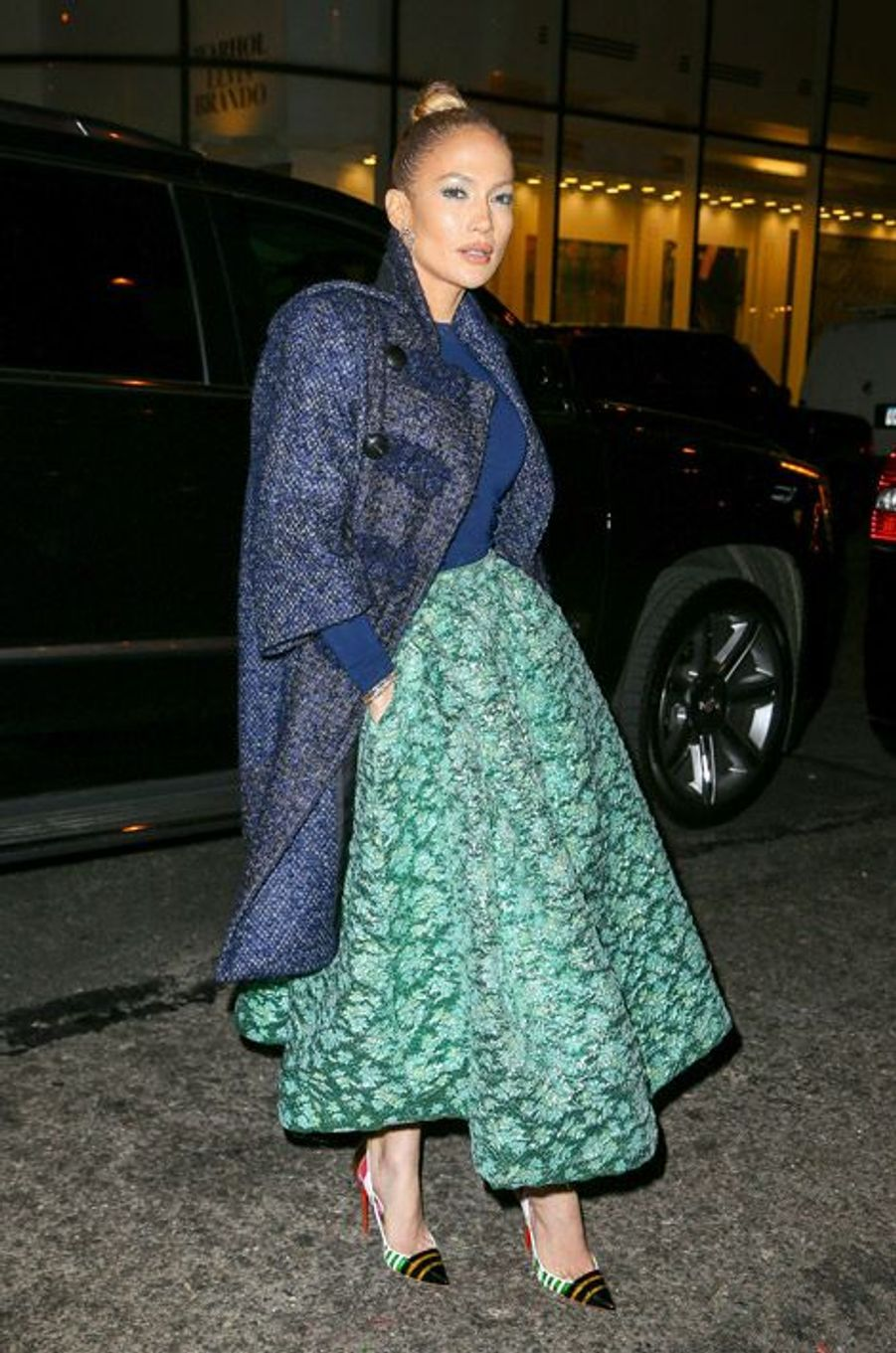 """La chanteuse Jennifer Lopez en Christian Siriano pour se rendre dans l'émission """"Late Night with Seth Meyers"""", le 21 janvier 2015"""