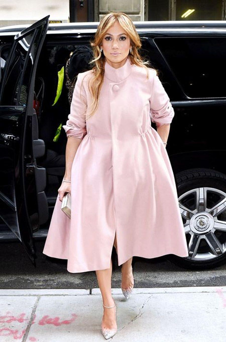 La chanteuse Jennifer Lopez en robe bonbon pour une apparition dans une émission de télévision à New York, le 19 janvier 2015