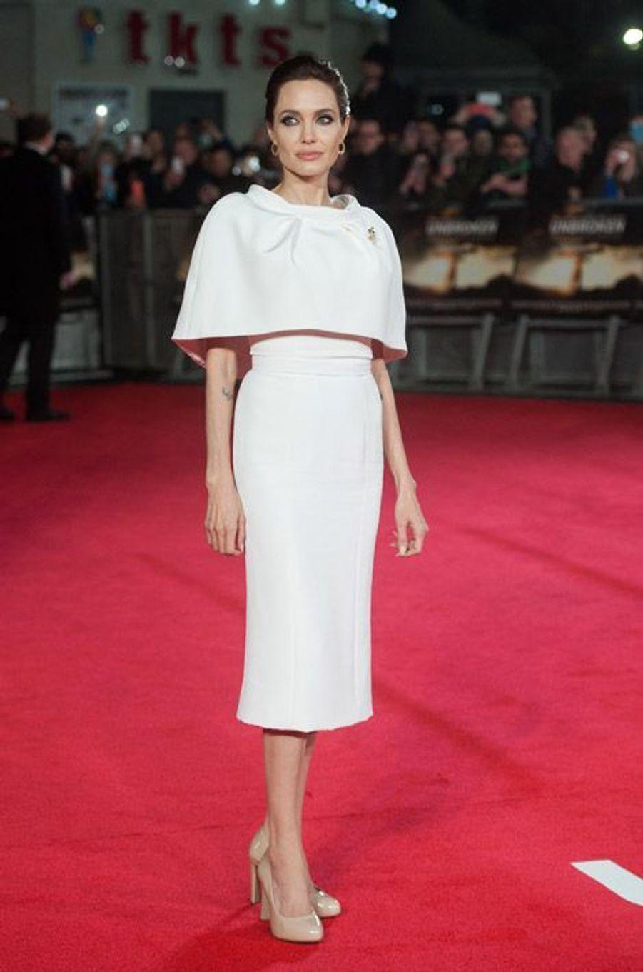 """Angelina Jolie en Ralph & Russo présente son film, """"Unbroken"""", à Londres le 25 novembre 2014"""