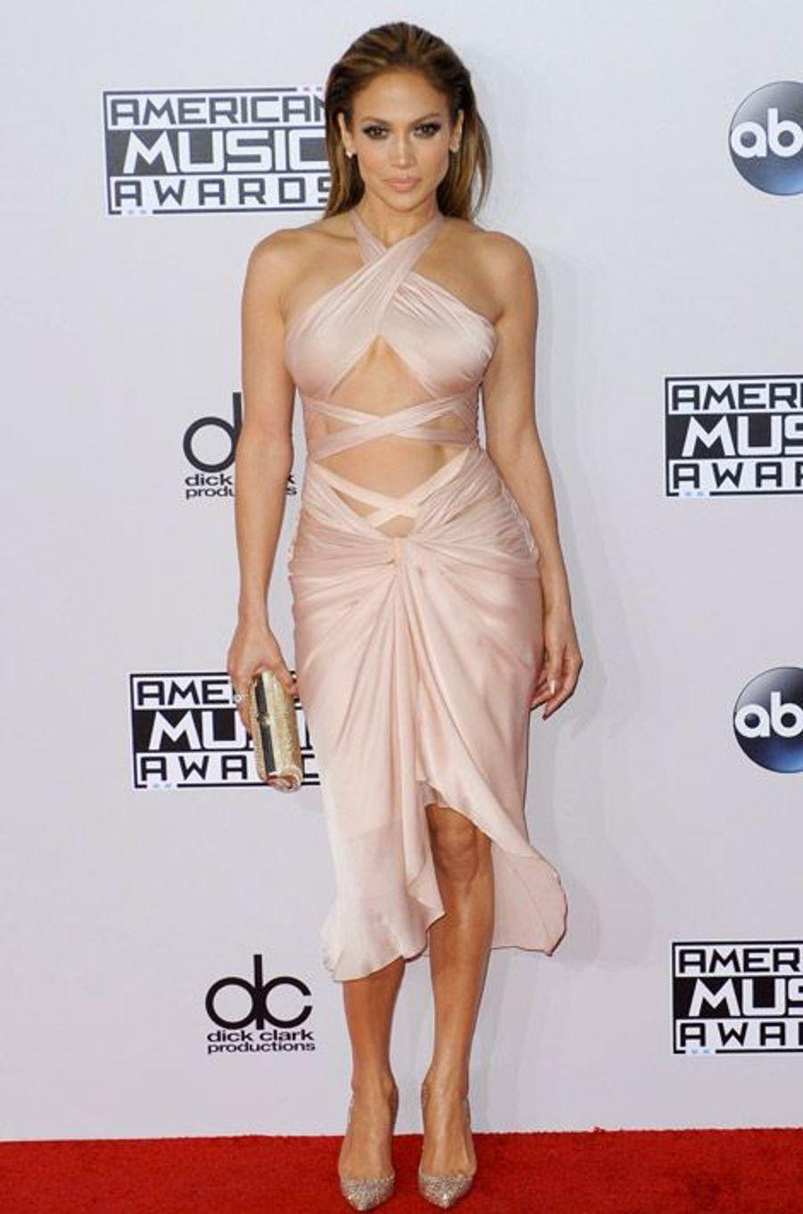 La chanteuse Jennifer Lopez en Reem Acra lors de la cérémonie des American Music Awards à Los Angeles, le 23 novembre 2014