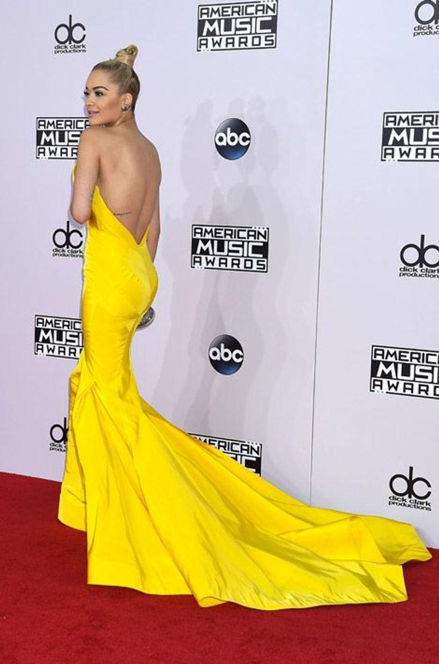 La chanteuse Rita Ora en Zac Posen lors de la cérémonie des American Music Awards à Los Angeles, le 23 novembre 2014