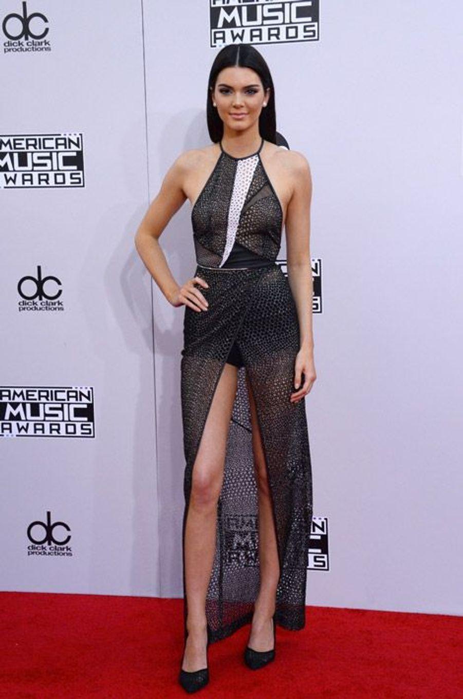 Le mannequin américain Kendall Jenner en Yigal Azrouël lors de la cérémonie des American Music Awards à Los Angeles, le 23 novembre 2014