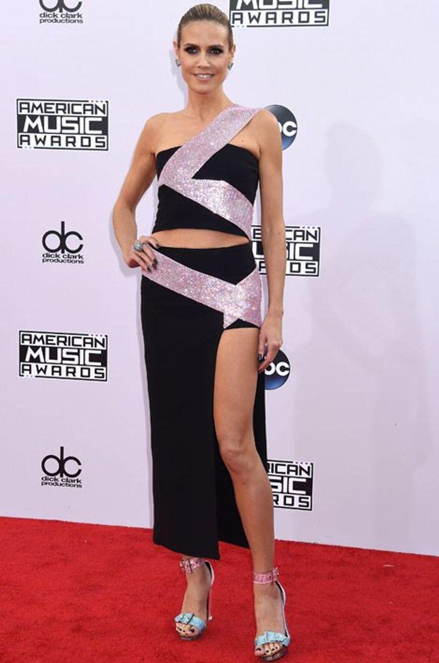 Le mannequin Heidi Klum en Versace lors de la cérémonie des American Music Awards à Los Angeles, le 23 novembre 2014