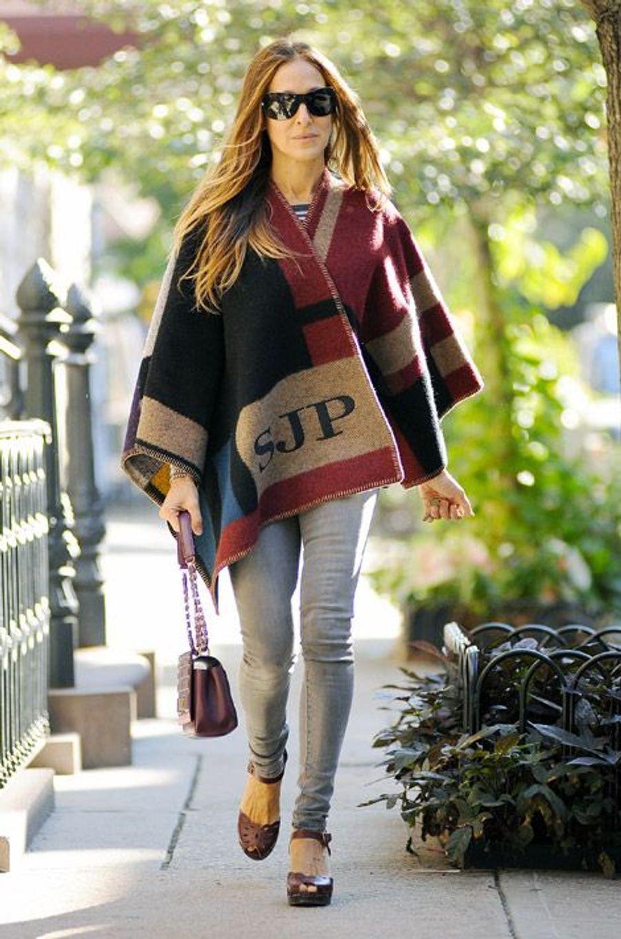 L'actrice américaine Sarah Jessica Parker dans son poncho Burberry à New York, le 17 septembre 2014
