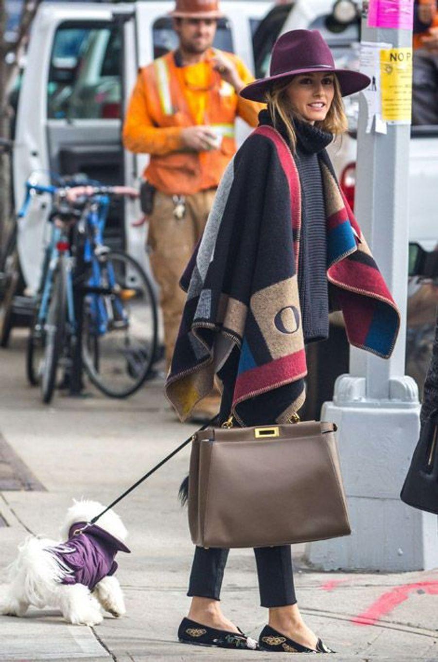 La styliste Olivia Palermo dans son poncho Burberry, le 21 octobre 2014 à New York