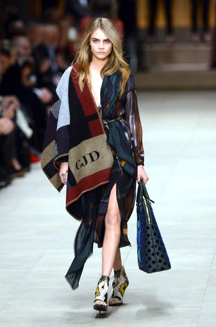 Le mannequin Cara Delevingne défilé pour Burberry à Londres, le 17 février 2014