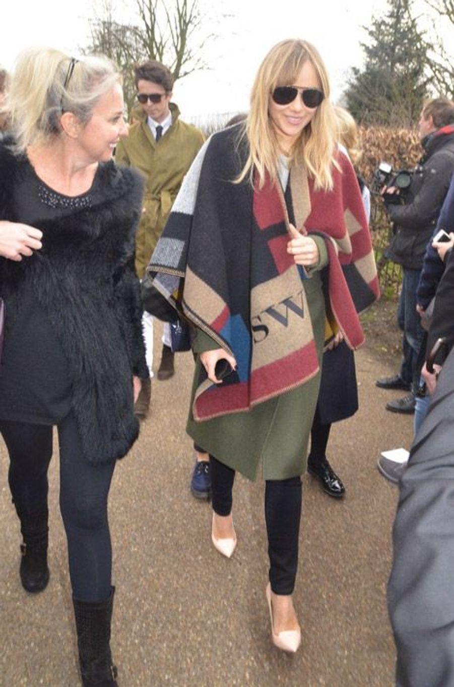 Le mannequin Suki Waterhouse dans son poncho Burberry se rend au défilé de la marque, le 17 février 2014 à Londres