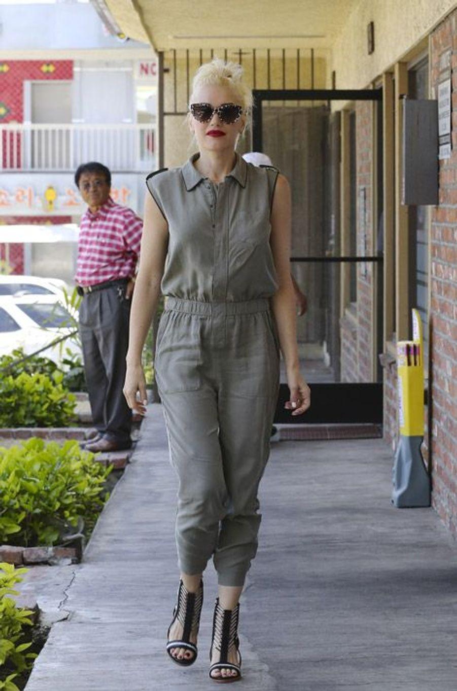 La chanteuse Gwen Stefani en combinaison kaki à Los Angeles, le 27 juin 2014