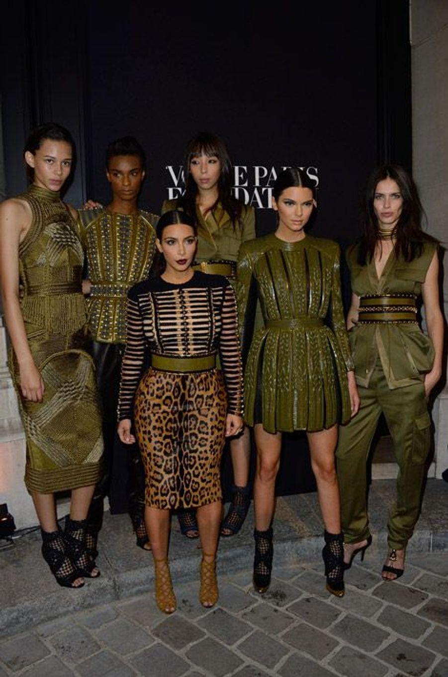 La star de la téléréalité Kim Kardashian, les mannequin Kendall Jenner, Binx Walton, Ysaunny Brito, Issa Lish et Amanda Wellsh posent en Balmain...