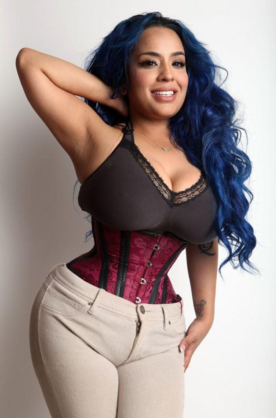Kelly a une taille de 38 centimètres, obtenue par sept ans de port d'un corset