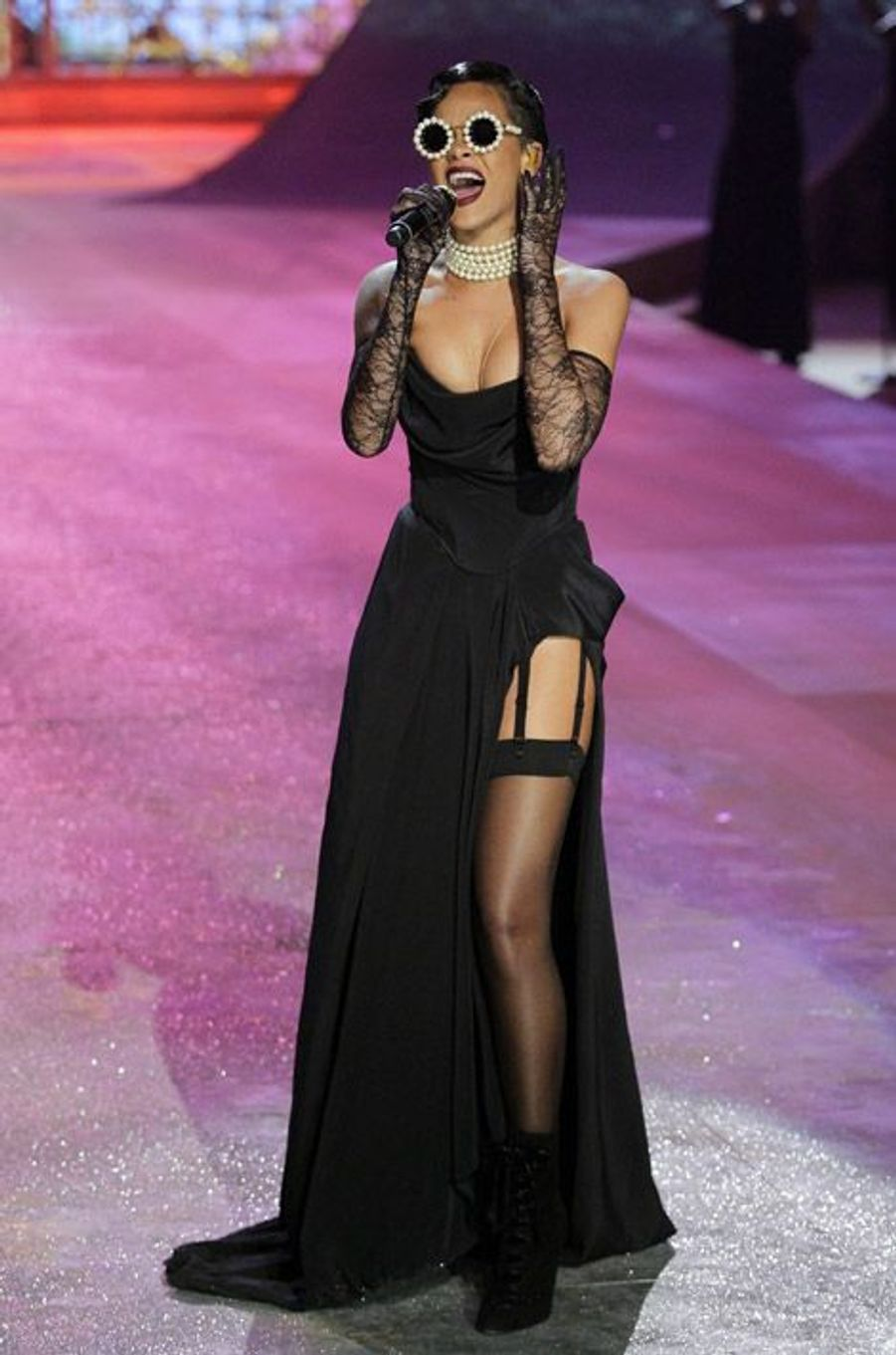 La chanteuse Rihanna porte un corset sur sa robe sur le show Victoria's Secret