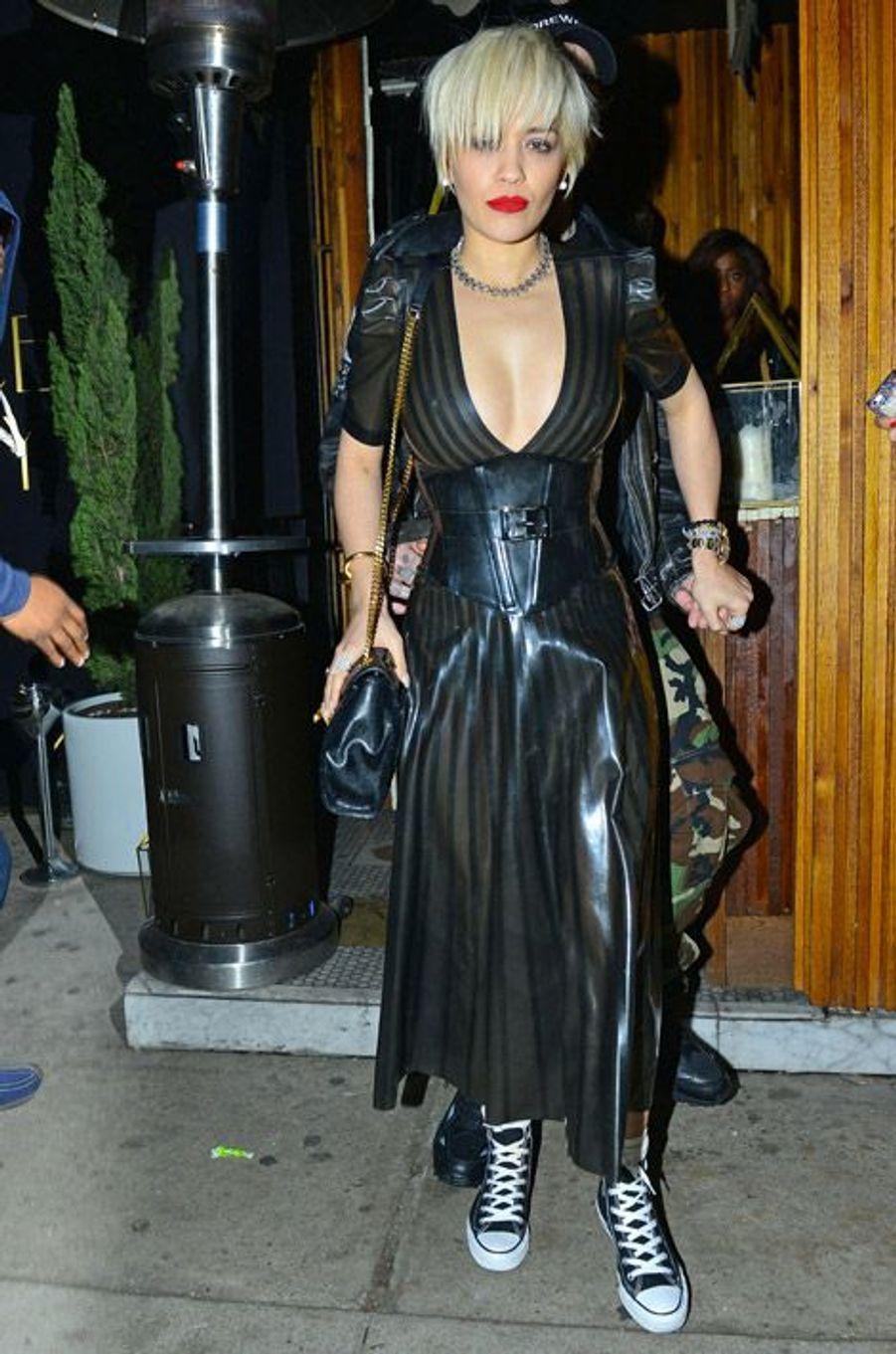 La chanteuse Rita Ora est son style sado maso