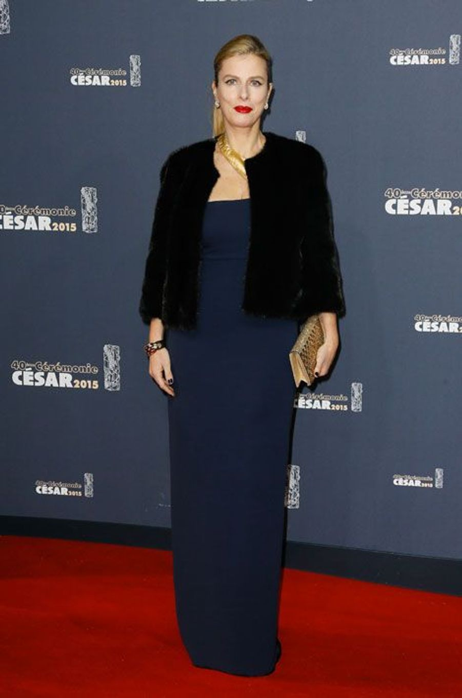 Karin Viard dans une robe de soie bleu marine Ralph Lauren lors de la cérémonie des César à Paris, le 20 février 2015