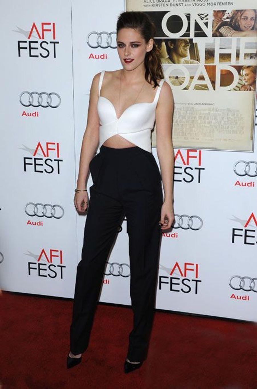 """En Balenciaga et chic en pantalon pour la première de """"On The Road"""" à Los Angeles, le 3 novembre 2012"""