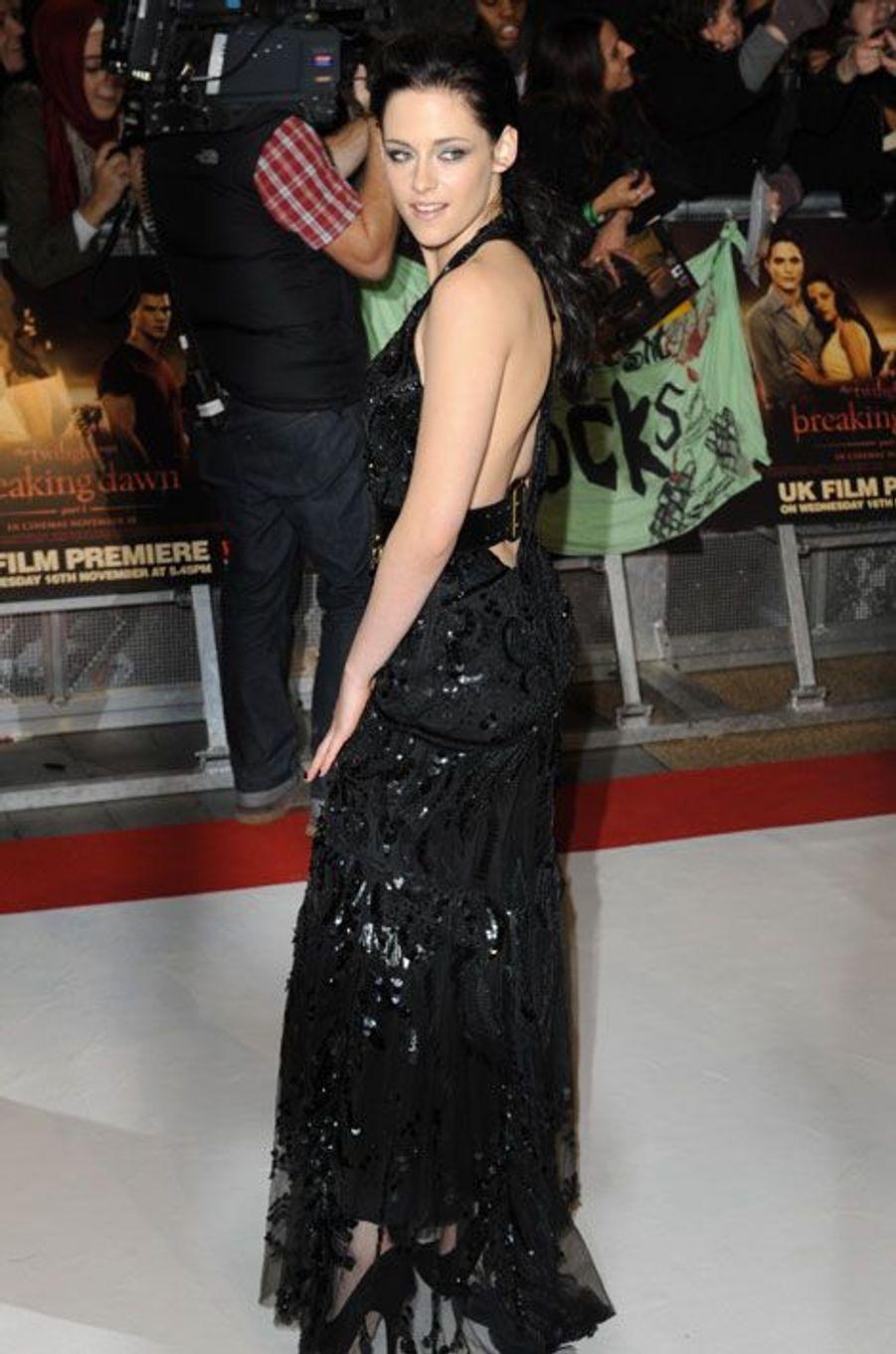 """En Roberto Cavalli pour la première de """"Twilight"""" à Londres, le 16 novembre 2011"""