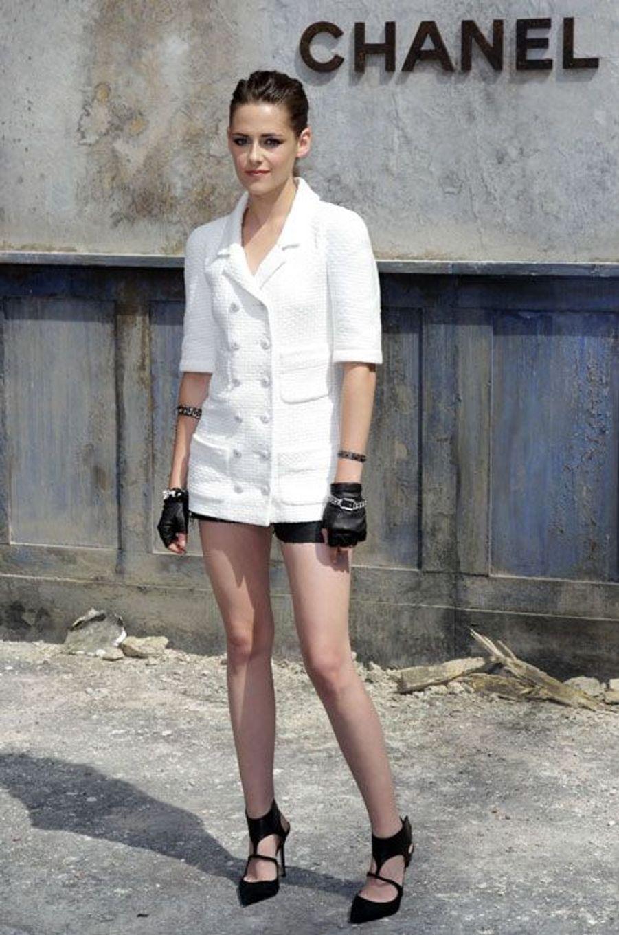 Short en cuir et blazer à manches courtes Chanel pour le défilé automne-hiver 2013-2014 de la griffe à Paris, le 2 juillet 2013