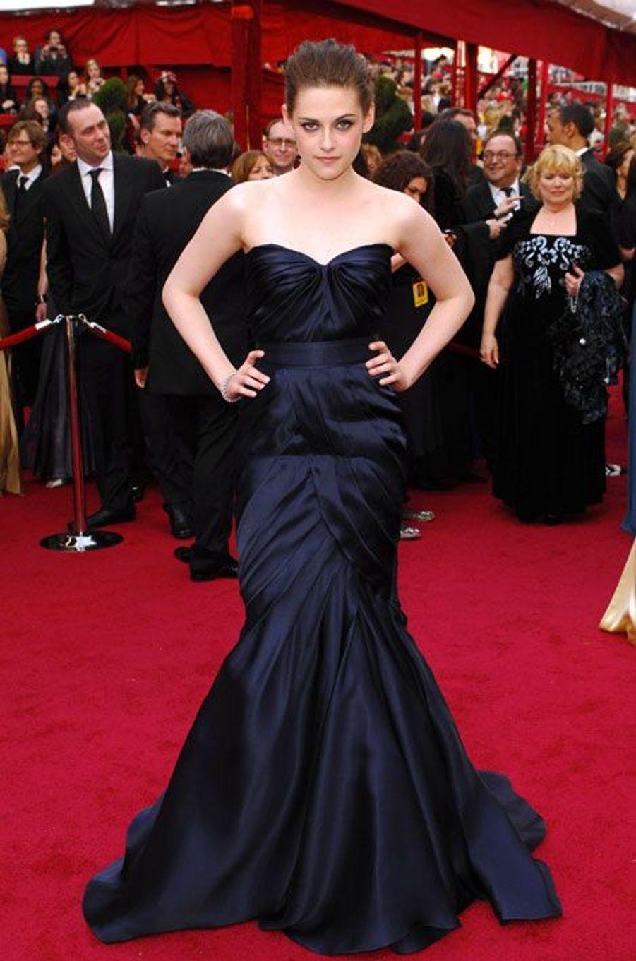 Très classique en robe sirène satinée pour la cérémonie des Oscars, le 7 mars 2010 à Los Angeles