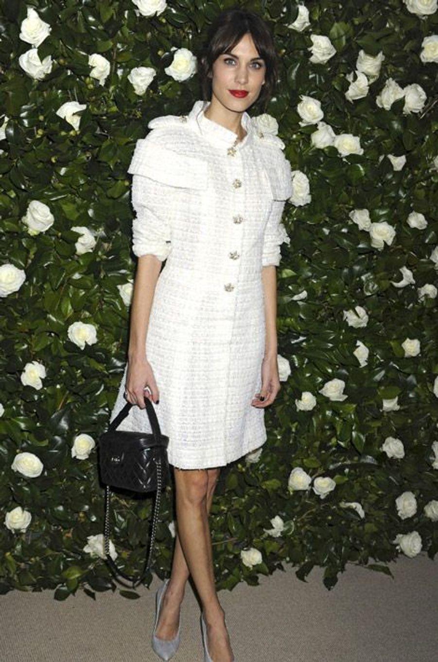 Comme une seconde peau L'option trench, manteau ou pardessus reste la meilleure quand il s'agit de porter du blanc en hiver. Véritable seconde peau, s'il est coupé de façon élégante, le manteau peut prendre des airs de robes, comme sur la duchesse de Cambridge Kate Middleton, l'actrice Jennifer Lawrence ou la it-girl Alexa Chung.Mais il offre aussi un second choix: être assumé en tant que vêtement à part entière. Une veste blazer croisée un peu longue ou enfilée par-dessus un short ou un pantalon et le tour est joué. Laetitia Casta ou l'actrice britannique Kristen Stewart, maîtrisent le style à la perfection.